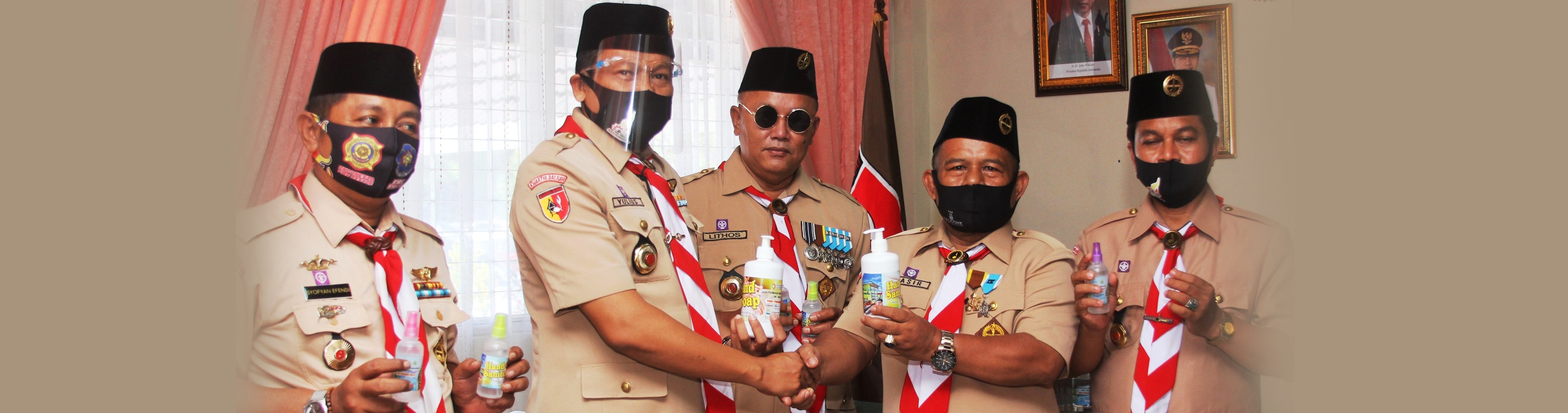 SMK SMAK Padang Berikan Handsanitizer Kepada Pramuka