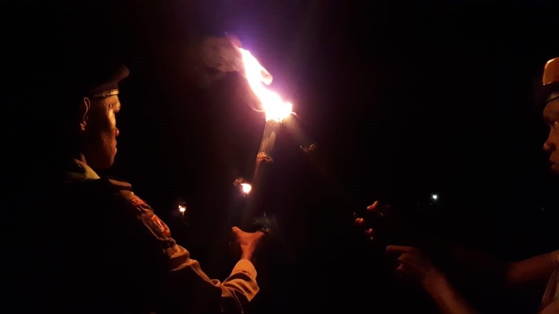 Cahaya Api Unggun Soroti Bumi Perkemahan